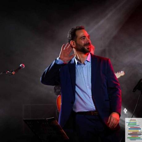 Włoski piosenkarz na scenie