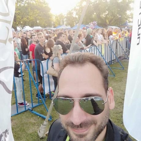 Włoski piosenkarz przed koncertem